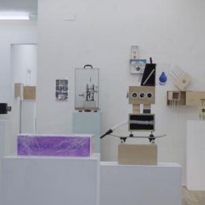 """Un aspecto de la exposición """"45 artistas con 45 museos en 45 maletas. Homenaje a Marcel Duchamp."""