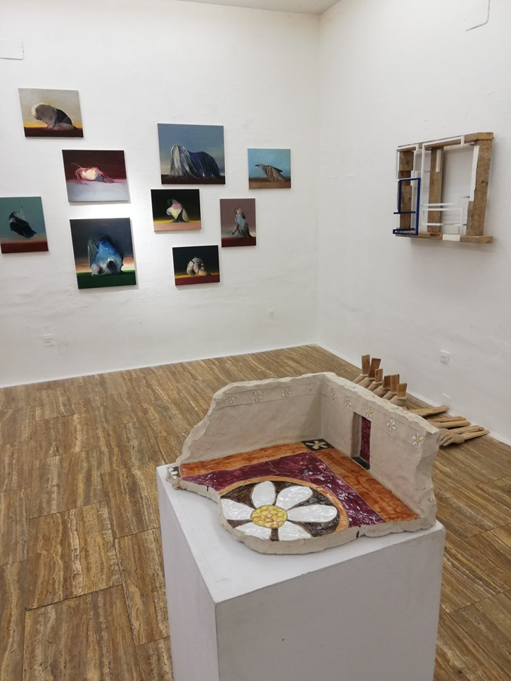 En primer término una escultura del año 1979 de Thomas Stimm; al fondo un grupo de pinturas deJoseba Eskubiy una escultura de Florentino Díaz con una instalación de Jorge Gil (en el suelo).