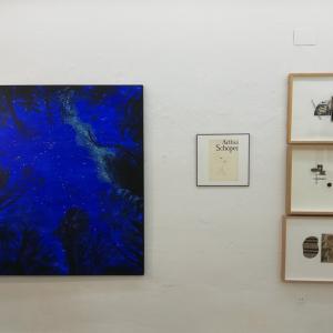 Pintura de Alvar Haro (azul), una pequeña obra sobre papel de Oriol Viñapuig y tres collages de Manuel Bouzo.