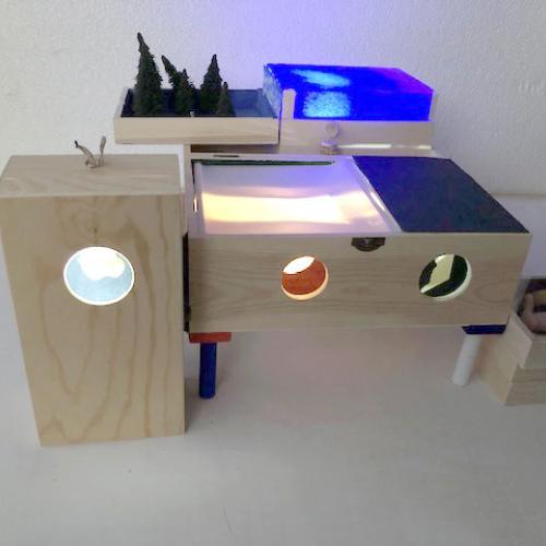 Homenaje a Duchamp. Eros Teatro. 2019 Cajas de madera ensambladas, diversos materiales, luz, medidas variables.  25 x 35 x 35 cm aprox.