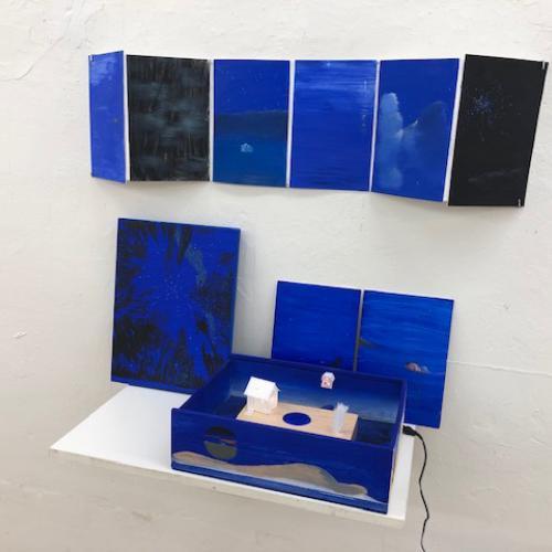 Daisy Bell. Homenaje a Duchamp. 2019 Caja de madera pintada, acrílico, diversos materiales, audio, luz, medidas variables