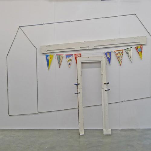 """""""Las banderas no tienen casa – Posverdad"""", 2018, (Instalación). Diversos materiales reciclados."""