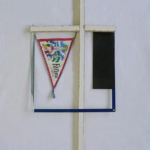 """""""S/T."""" 2018, (de la serie �sual Improvisations""""). 68 x 31 x 2 cm. Madera, caucho, banderín reciclados, y hojas de sierra."""