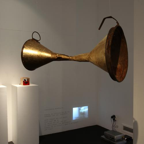 El diálogo y la escucha, 2015 Objeto creado con embudos 14x12x25 cm.