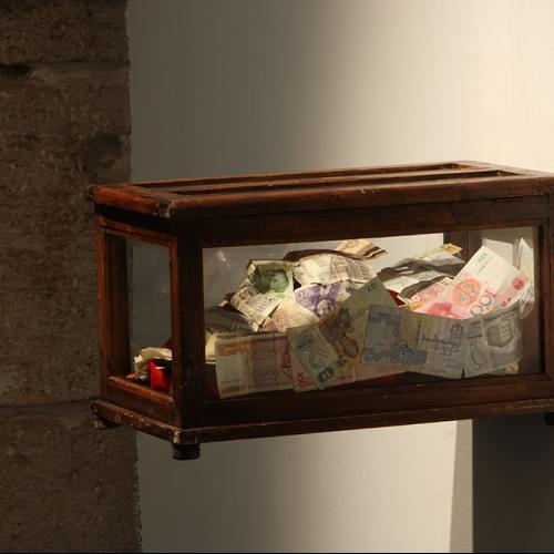 La cara, 2015 Máscara realizada con billetes, urna de madera y cristal 20x12x15 cm.