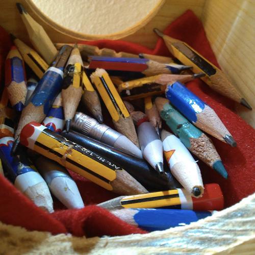 Lo que sobra y lo que falta (Detalle), 2015 Lápices utilizados, madera, mirilla de cristal y bandas de graduación. 11,2x10,3x11,2 cm.