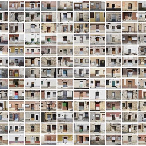 """Archivo Territorio. Proyecto 𠇊rcadia"""" (Puertas var.1). 219,9x1670 cms. (260 fotografías de 29,7x42 cms.) 2016-2020."""