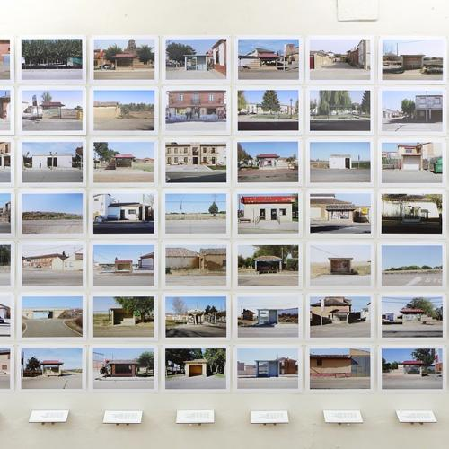 """Archivo Territorio. Proyecto """"Geografía"""" (Apeaderos, Tierra de Campos, Palencia), 168x497,7 cms. (112 fotografías de 21x29,7 cms  y 16 cartelas con textos de 9x13 cms.) 2016-2017."""