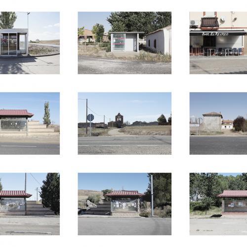 """Archivo Territorio. Proyecto """"Geografía"""" (Apeaderos, Tierra de Campos, Palencia), 168x497,7 cms. (112 fotografías de 21x29,7 cms  y 16 cartelas con textos de 9x13 cms.) 2016-2017. (Detalle)."""