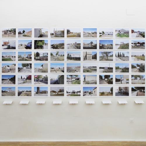 """Archivo Territorio. Proyecto """"Geografía"""" (Prohibida la venta ambulante, Tierra de Campos y Cerrato, Palencia, Valladolid, Burgos y Zamora), 145,5x341.7cms. (65 fotografías de 21x29,7 cms y 11 cartelas con textos de 9x13 cms.) 2016-2018."""