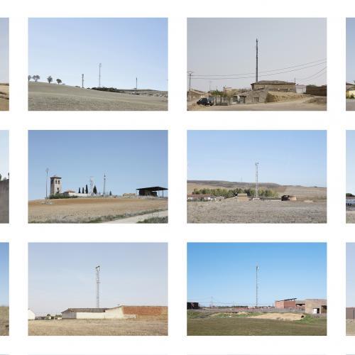 """Archivo Territorio. Proyecto """"Geografía"""" (Antenas, Tierra de Campos, Palencia), 145,5x310,5 cms. (60 fotografías de 21x29,7 cms y 10 cartelas con textos de 9x13 cms.) 2016-2018. (Detalle)."""