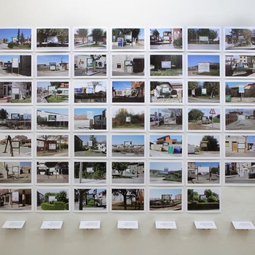 """Archivo Territorio. Proyecto """"Geografía"""" (Cartografías, Tierra de Campos y Cerrato, Palencia), 168x216,9 cms. (48 fotografías de 21x29,7 cms y 7 cartelas con textos de 9x13 cms.) 2016-2018."""