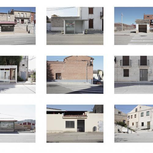 """Archivo Territorio. Proyecto """"Geografía"""" (Apeaderos, Cerrato, Palencia, Burgos, Valladolid), 145,5x404,1cms. (73 fotografías de 21x29,7 cms y 13 cartelas con textos de 9x13 cms.) 2016-2018. (Detalle)"""