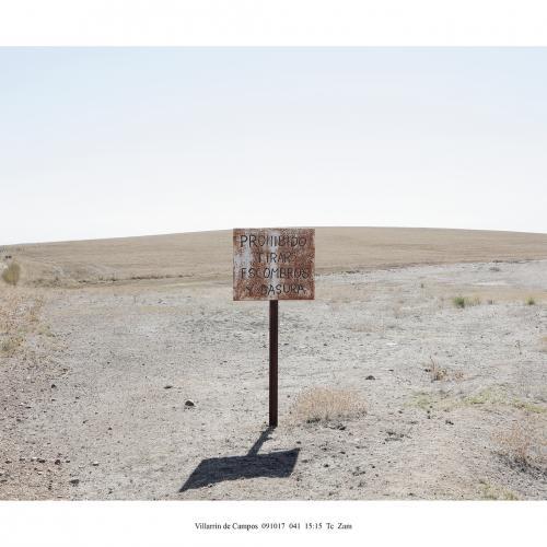 """Archivo Territorio. Proyecto """"Geografía"""" (Prohibido tirar escombros, Tierra de Campos y Cerrato, Palencia y Zamora), 93,1x306 cms. (21 fotografías de 29,7x42 cms) 2016-2020. (Detalle)."""