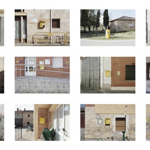 """Archivo Territorio. Proyecto """"Geografía"""" (Buzones,  Cerrato, Palencia), 168x248,1 cms. (51 fotografías de 21x29,7 cms y 7 cartelas con textos de 9x13 cms.) 2016-2017. (Detalle)."""