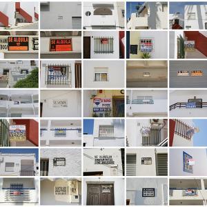"""proyecto """"Temporada baja"""", S/T (se vende, se alquila. Las Negras), 49 fotografías de 20x30 cms/u., instalación: 140x210 cms (2011)"""