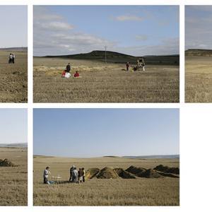 """proyecto """"La Estrategia del Avestruz"""" (2007-12); S/T (Santoyo, Palencia), 5 fotografías de 73x100 cms; instalación: 146x300 cms."""