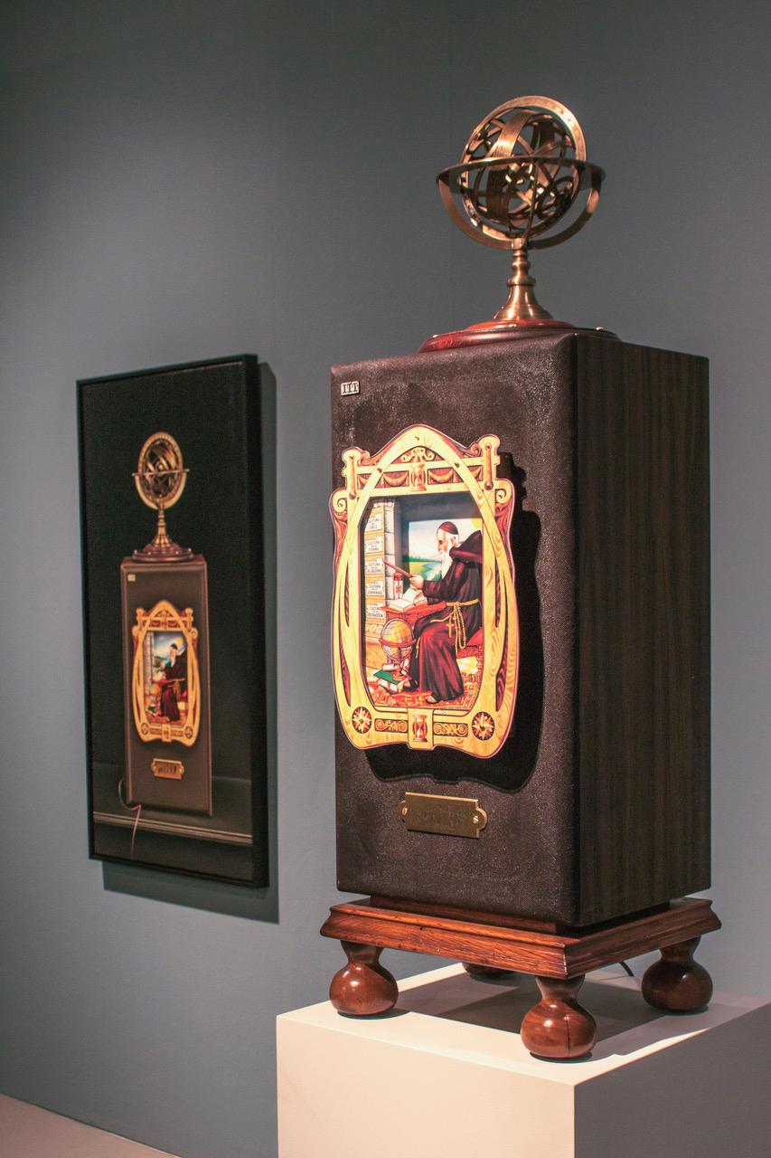 (Unidad I) Ensamblaje de objetos recuperados, electricidad, luz y movimiento. 102 x 33 x 31 cm.  (Unidad II) Óleo / lino. 116 x 58 cm.