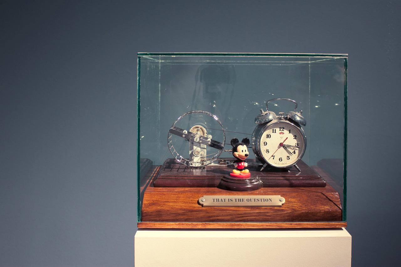 (Unidad I) Ensamblaje de objetos recuperados, madera, cristal, electricidad y movimiento. 34,5 x 40 x 33 cm.  (Unidad II) Óleo / lino - 55 x 46 cm.