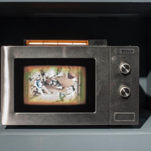 (Unidad I) Ensamblaje de objetos recuperados, electricidad, luz y movimiento.  31 x 46 x 32 cm.  (Unidad II) Óleo / lino. 75 x 49 cm.