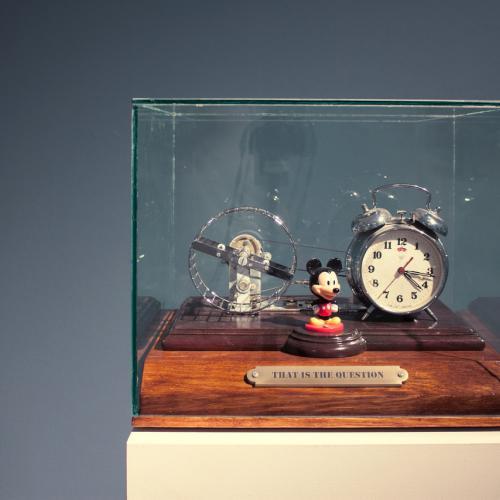 (Unidad I) Ensamblaje de objetos recuperados, madera, cristal, electricidad y movimiento. 34,5 x 40 x 33 cm.  (Unidad II) Óleo / lino - 55 x 46 cm