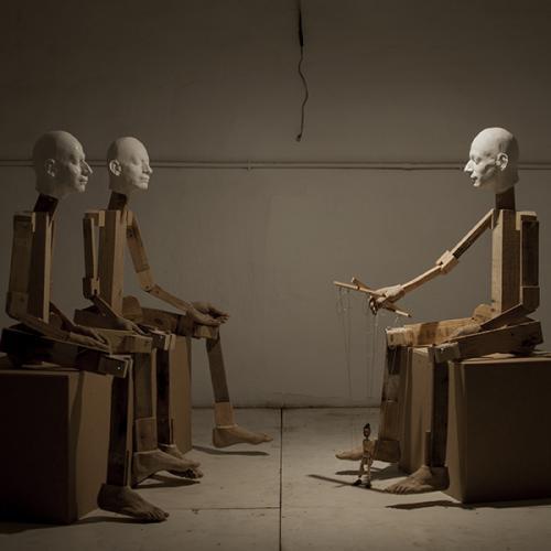 2017  Instalación con 3 figuras  Madera, resina, DMF, yeso cerámico, vidrio, acero, marioneta y bombilla.  Medidas Variables