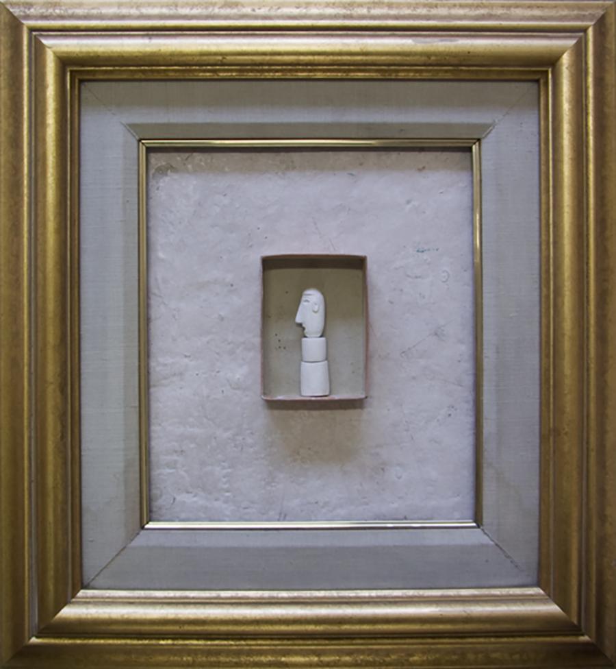 Testa de gentiluomo (After C. Carrá). 1998. Yeso/caja de cerillas y marco dorado.