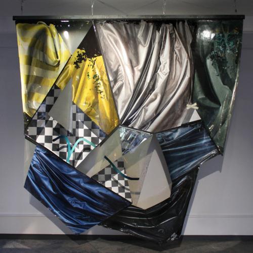 """��MD_de los harapos"""". Láminas de pintura acrílica, cremalleras y barra de acero 246 x 257 cm. 2020"""
