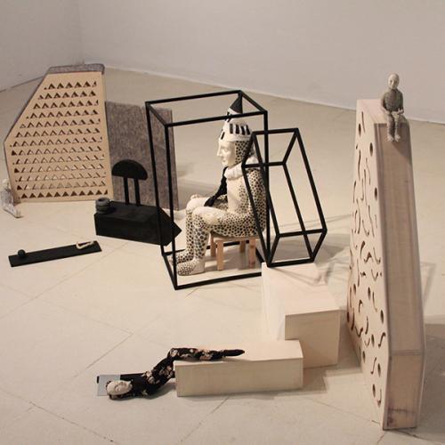 Mind's construction II: Exonario 2018 Madera de haya, cerámica, escayola de arquero, alambre, esmalte y telas.  120 x 80 x 120 cm.